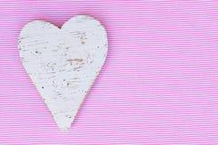 Полюбите сердце для карточки дня валентинки с предпосылкой пинка и белых striped Стоковое Фото