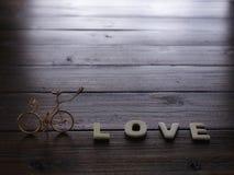 Полюбите слова и ретро велосипед на деревянной предпосылке Стоковые Изображения RF