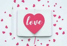 Полюбите сообщение на розовой форме сердца на белой предпосылке блокнота Стоковые Изображения RF