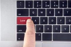 Полюбите текст на красной кнопке клавиатуры в клавиатуре компьтер-книжки стоковые изображения rf