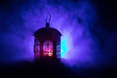 Полюбите фото украшения поздравительной открытки дня ` s валентинки Миражируйте фонарик лампы освещения накаляя на темной красочн Стоковое фото RF
