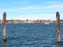 2 поляка для того чтобы причалить гондолы в Венеции и старом buildin Стоковая Фотография