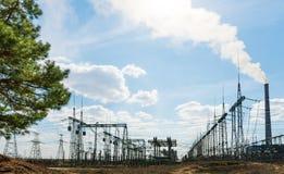 Поляки электричества наивысшей мощности в городской местности Энергоснабжение, распределение энергии, передавая энергии, передачи стоковое фото rf