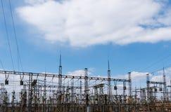 Поляки электричества наивысшей мощности в городской местности Энергоснабжение, распределение энергии, передавая энергии, передачи стоковое фото
