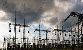 Поляки электричества наивысшей мощности в городской местности Энергоснабжение, распределение энергии, передавая энергии, передачи стоковые изображения rf