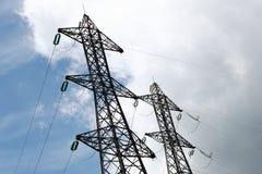 Поляки электричества приближают к озеру Serre-Poncon, Hautes-Alpes, Франции стоковая фотография rf