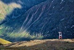 Поляк очереди на наклоне горы стоковое изображение