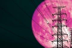 поляк супер розовой луны силы силуэта назад электрические и облако кучи ночи на небе стоковые фотографии rf