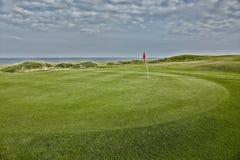 Поля для гольфа бежать вдоль моря стоковые изображения