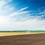 Поля земледелия и голубое небо Стоковые Изображения RF