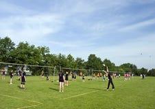 поля играя волейбол Стоковое фото RF