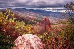 Поля погоста обозревают в закоптелых горах в северном caroli стоковые изображения rf