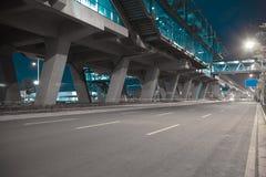 Пол дорожного покрытия города с мостом виадука стоковое изображение rf