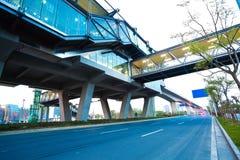 Пол дорожного покрытия города с мостом виадука стоковое фото
