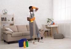Пол молодого уставшего человека очищая домашний с mop стоковые изображения rf