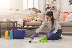 Пол молодой женщины широкий в грязной комнате стоковое фото rf