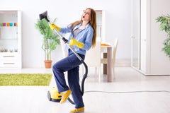 Пол чистки молодой женщины дома делая работы по дому стоковые изображения rf