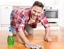 Пол чистки человека стоковая фотография
