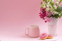 помадка десерта Очень вкусные donuts и капучино lifestyle стоковое фото