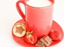помадка молока чашки завтрака красная Стоковые Фото
