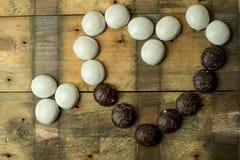 Помадка, пряники шоколада на деревянной предпосылке стоковые изображения