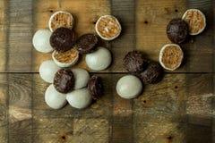 Помадка, пряники шоколада на деревянной предпосылке стоковая фотография rf
