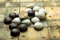 Помадка, пряники шоколада на деревянной предпосылке стоковые фото