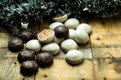 Помадка, пряники шоколада на деревянной предпосылке стоковое изображение rf