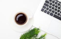помадка чашки круасанта кофе пролома предпосылки ¡ Ð вверх кофе и компьтер-книжки на белой предпосылке Стоковые Фото