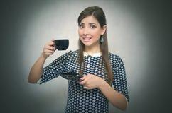 помадка чашки круасанта кофе пролома предпосылки кофе больше времени Перерыв на ланч Девушка при чашка кофе изолированная на серо Стоковые Изображения RF