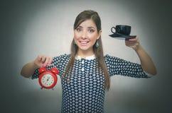 помадка чашки круасанта кофе пролома предпосылки кофе больше времени Перерыв на ланч Девушка с чашкой кофе и красным будильником Стоковая Фотография RF