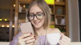 помадка чашки круасанта кофе пролома предпосылки Женщина с кофе smartphone выпивая Стоковое фото RF