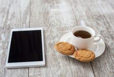 помадка чашки круасанта кофе пролома предпосылки Кофе с закуской Стоковое Фото