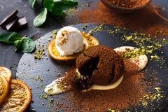 Помадка шоколада с anglaise creme и мороженым ванили Стоковые Фото