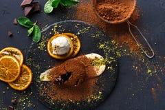 Помадка шоколада с anglaise creme и мороженым ванили Стоковая Фотография