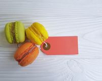 Помадка Macaron на белой деревянной бирке Франции предпосылки очень вкусной стоковые фотографии rf