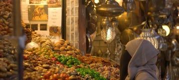 Помадки арабской женщины покупая с медом и сухофруктом Стоковое фото RF