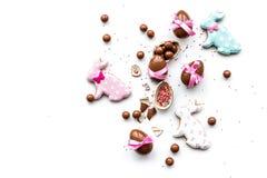 Помадки для таблицы пасхи Яичка шоколада около печений в форме зайчика пасхи на белом космосе экземпляра взгляд сверху предпосылк Стоковые Изображения RF