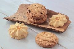 помадки Домодельное печенье с изюминками и вареньем на части коры сосны деревянное предпосылки светлое стоковые изображения rf