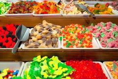 Помадки и Bonbons карамельки подносов. стоковые изображения rf