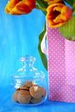 Помадки Fudge в стеклянном опарнике и красных тюльпанах в присутствующей сумке Стоковые Фото