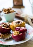 Помадка испекла яблока с грецкими орехами, циннамоном и медом, осенью Стоковое фото RF