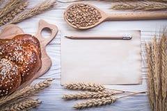 Помадка ушей пшениц-рож прерывая доски испекла grai ложки крена деревянное Стоковое Изображение