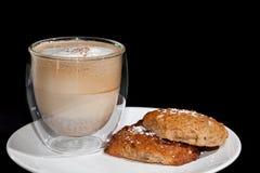 помадка чашки круасанта кофе пролома предпосылки Кофе капучино и самодельные печенья на whit Стоковое Фото