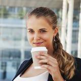 помадка чашки круасанта кофе пролома предпосылки Красивая бизнес-леди наслаждаясь в чашке coff Стоковое Изображение