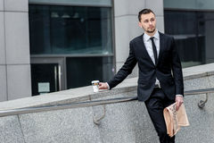 помадка чашки круасанта кофе пролома предпосылки Красивый успешный бизнесмен держа чашку c Стоковые Фотографии RF