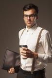 помадка чашки круасанта кофе пролома предпосылки Успешный бизнесмен наслаждаясь в чашке кофе Стоковая Фотография RF