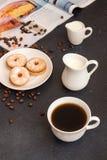 помадка чашки круасанта кофе пролома предпосылки Чашка кофе и печенья завтрака утра Стоковое Фото