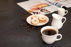 помадка чашки круасанта кофе пролома предпосылки Чашка кофе и печенья завтрака утра Стоковые Фотографии RF