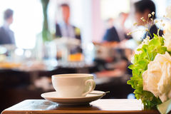 помадка чашки круасанта кофе пролома предпосылки Стоковые Фото